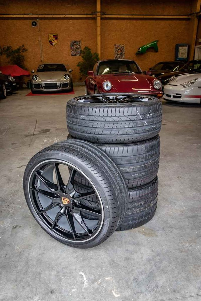 Tas de pneu dans le garage